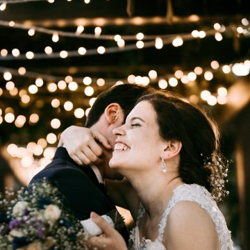 noivos abraçam-se no dia do casamento