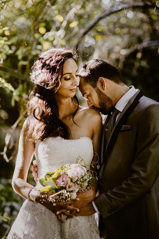 noivo beija a noiva na quinta do coração em vila franca de xira