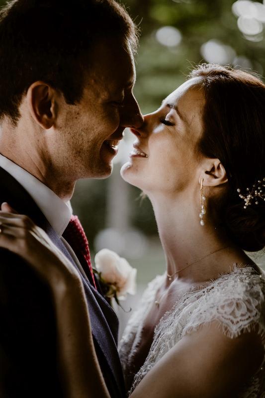 noivo e noivo beijam-se no palácio da cruz vermelha