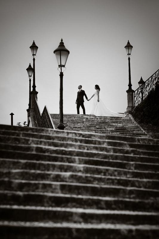 noivos a descer escadas a preto e branco