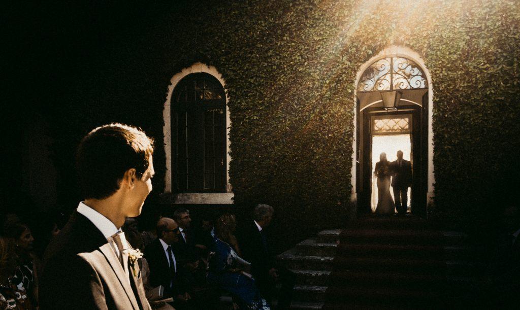 noiva a entrar na Quinta do Castilho e, Santarém, fotografia por Lourenço Wedding Photography
