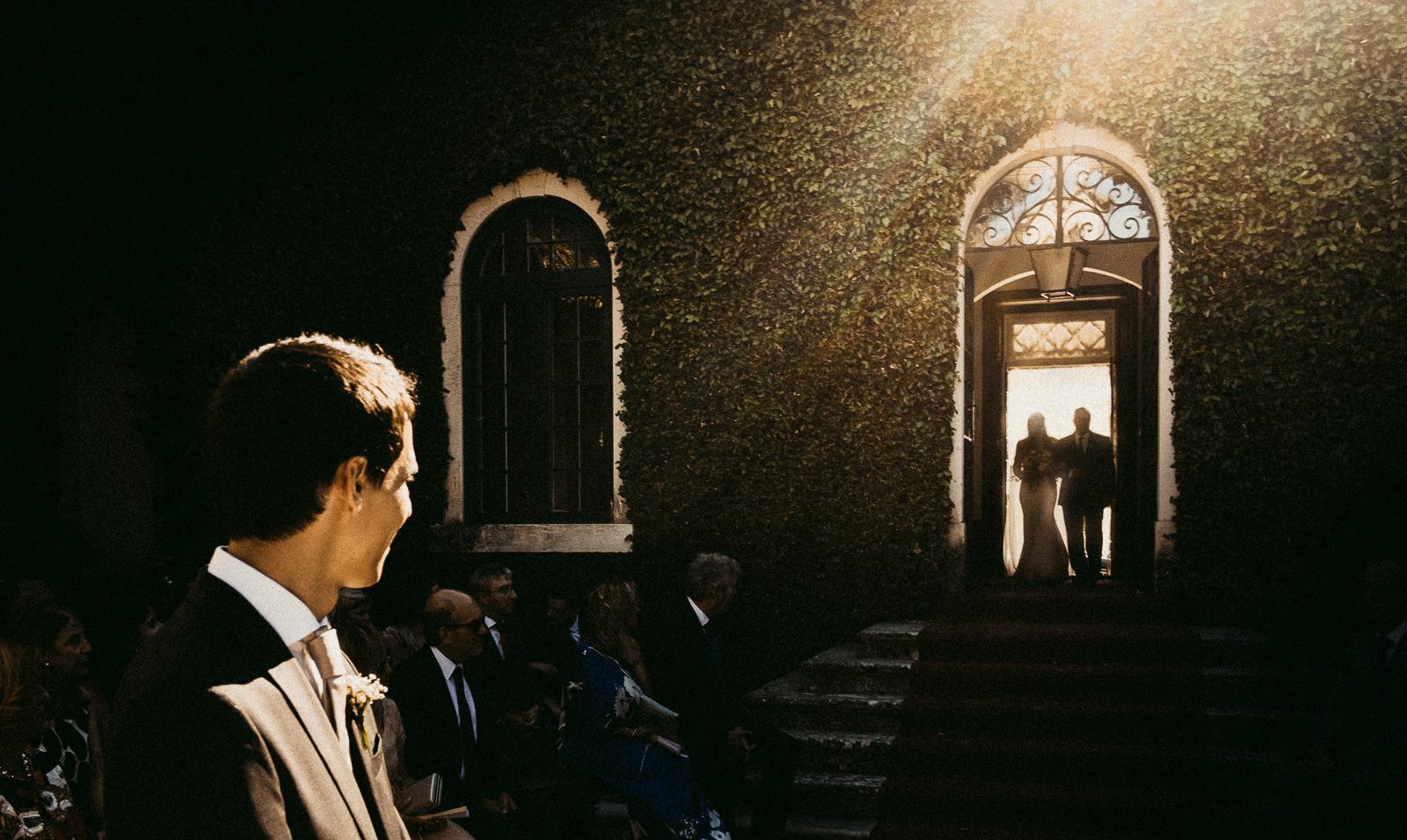 noiva entra na Quinta do Castilho em Santarem para casamento civil