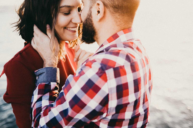 casal fotografado no cais do ginjal por fotografo de casamento em lisboa lourenço wedding photography