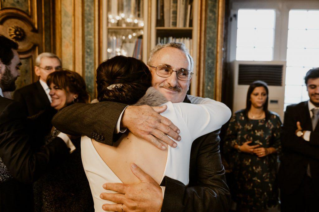 casamento no palacio da cruz vermelha noiva abraça o pai