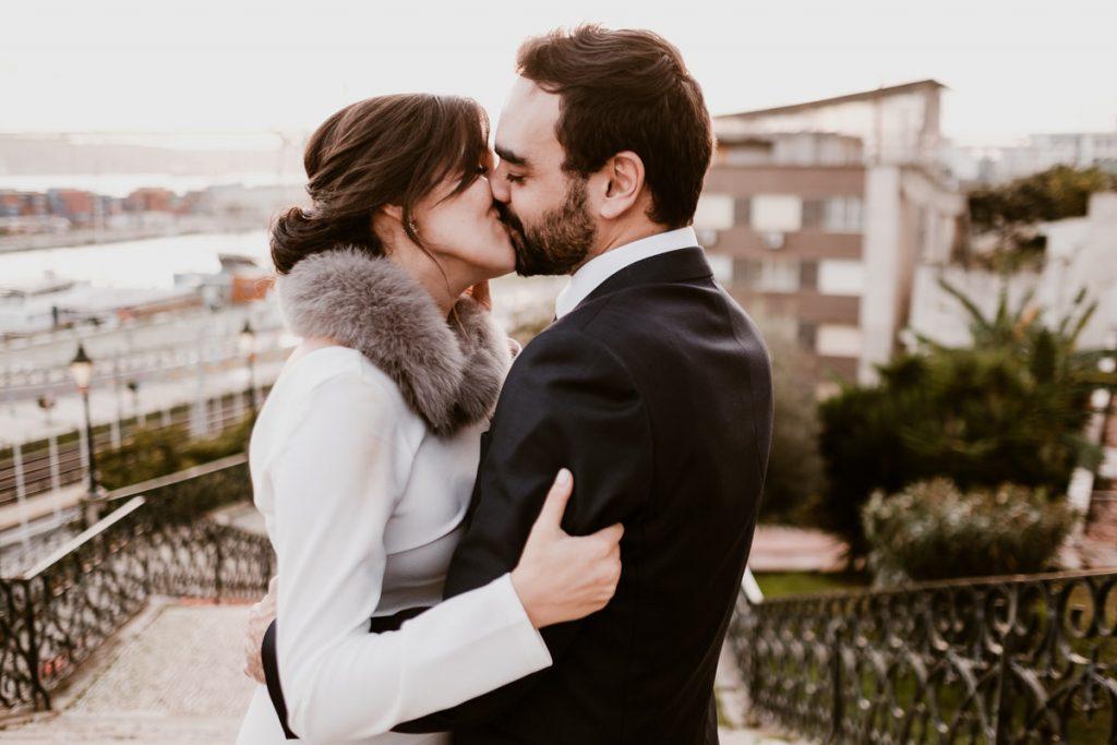 casamento no palacio da cruz vermelha noivos beijam-se