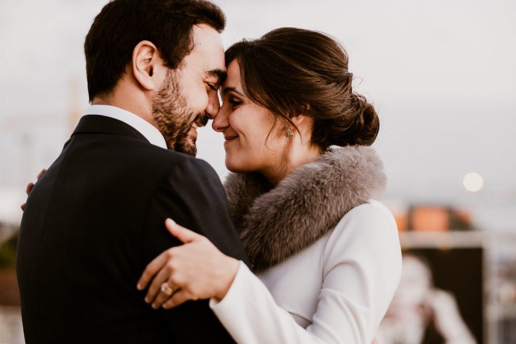 casamento no palacio da cruz vermelha noivos abraçam-se